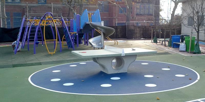 mesa de ping pong de hormigon en el parque
