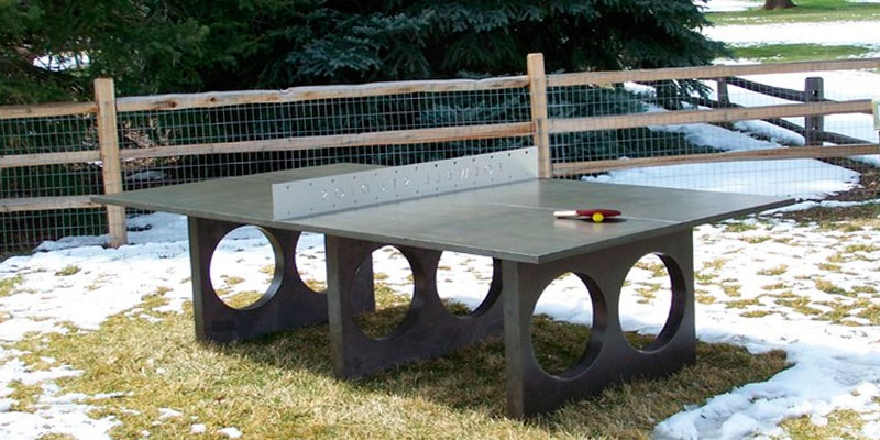 mesa de ping pong de hormigón en el jardín