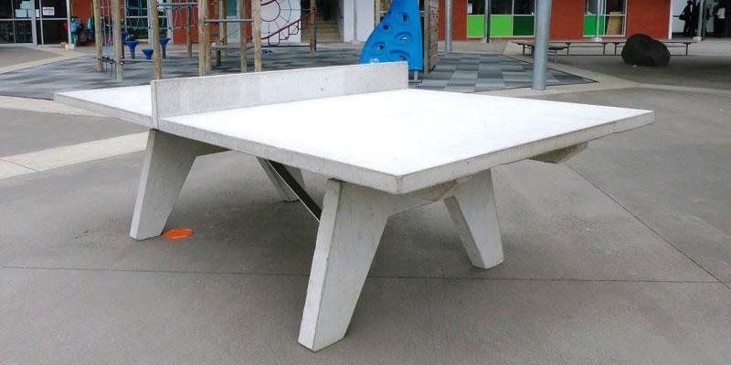 mesa de ping pong de diseño en el parque